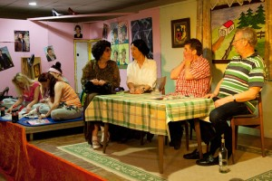Mutter Wimla hört nicht richtig, als Kerrin und Emmi von einer aufgetakelten Susi sprechen, die mit einem alten Kerl im Hotel verschwindet....