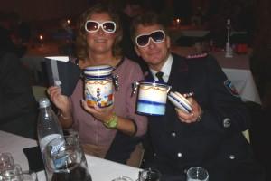 Feuerwehrkamerad Oelers - Verfasser dieses Artikels - präsentiert mit seiner Frau Susi stolz seine Gewinne...