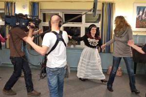 Übungsabend bei den Trachtentänzerinnen - Redakteurin Annegret Oster tanzt mit